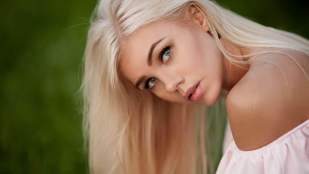 Alina giovane ragazza lettone di 24 anni